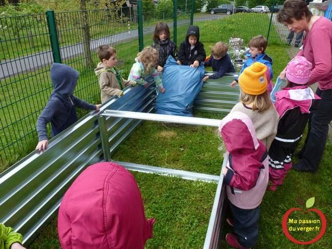 Formation des élèves aux techniques du potager en permaculture- permaculture dans bac à l'école- potager au lycée- potager permaculture avec les élèves.