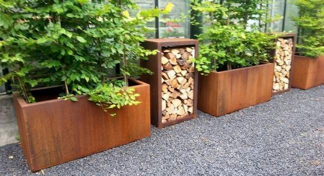 Bac acier rouillé pour stockage bois- bacs acier rouillé avec bois comme paravent- paravent avec bois de chauffage- paravent en acier corten, avec bois de chauffage. bac corten pour bois