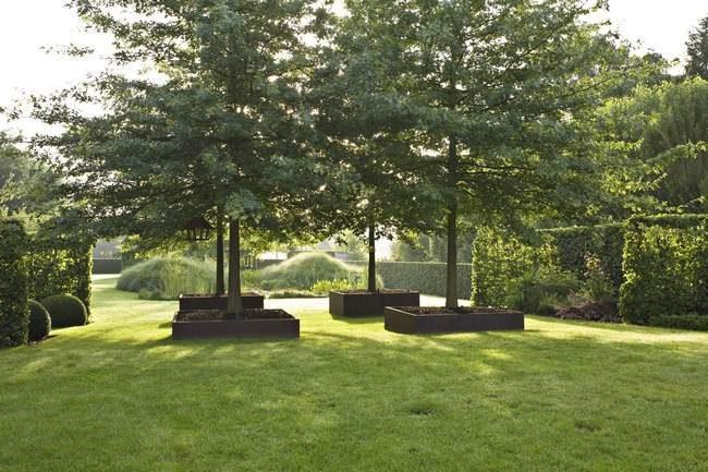 Comme un potager en carré, vous pouvez donner de la couleur à votre jardin, avec des bacs teintés ou rouillés et des plantations pour donner embellir ces grands espaces qui ont souvent que du vert.