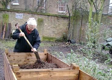 Tester votre hauteur de potager, avec vos outils de jardin et sans devoir vous baisser, pour avoir mal au dos, car ce n'est pas le but de votre potager surélevé. (il faut pas non plus devoir utiliser un escabeau, pour bien travailler la terre)