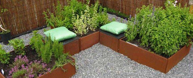 Créer une plantation d'ornement avec des fleurs et combiné avec des places assises pour se reposer et profiter encore plus de votre jardin et au milieu de vos plantes.